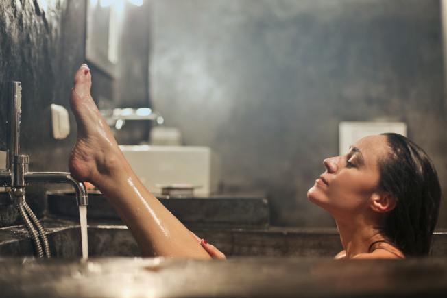 洗澡也可達到「冥想」的效果,只要放慢速度,練習把注意力放在動作上。(Pexels)