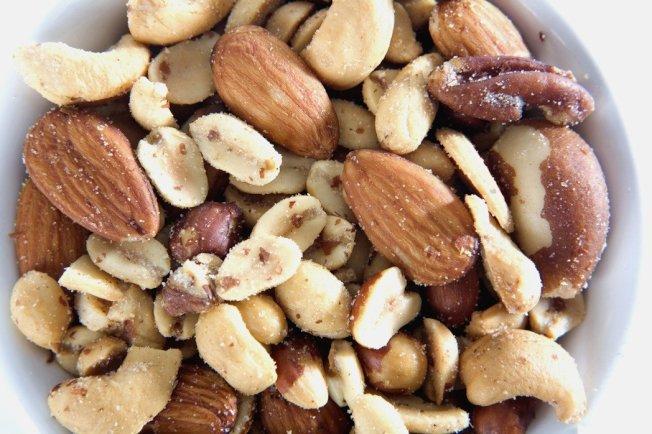 營養師表示,堅果含不飽和脂肪酸、鎂及豐富膳食纖維,每天吃適量堅果,對血壓、血糖及血脂問題的控制都很好,有利健康。 (圖:ingimage)