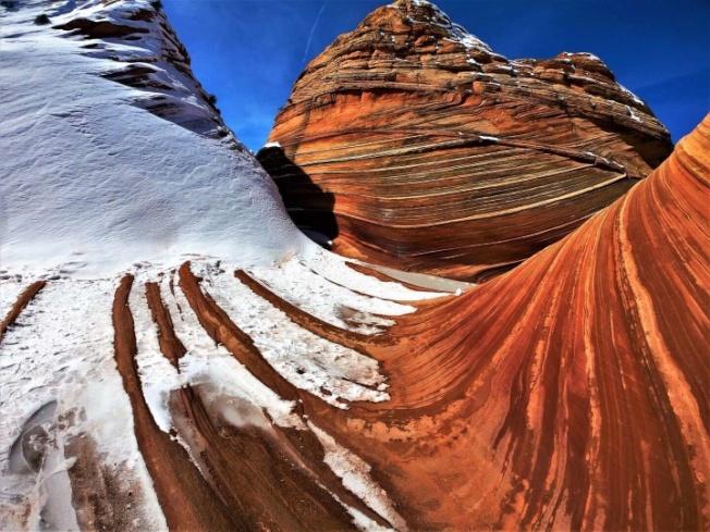 波浪谷展示的是由數百萬年的風、水雕琢砂岩而成的奇妙世界。而岩石上流暢的紋路,創造了一種令人目眩的三維立體效果。