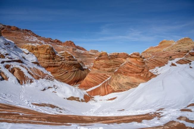 極目眺望,紅沙藍天,雪映峽谷,大地遼闊壯美。
