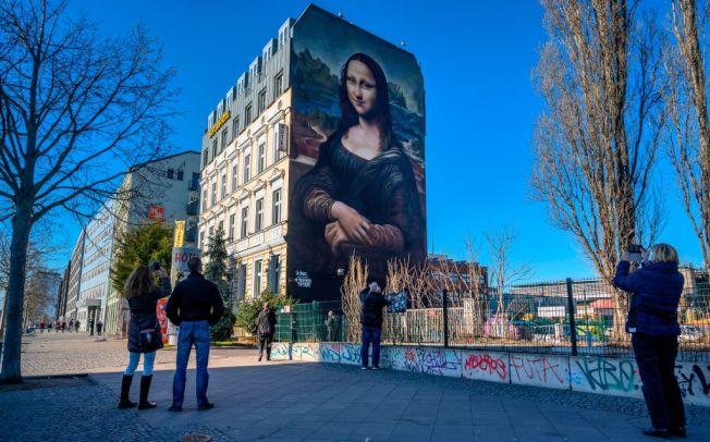 德國一棟建築物外牆繪上《蒙娜麗莎的微笑》。(Getty Images)