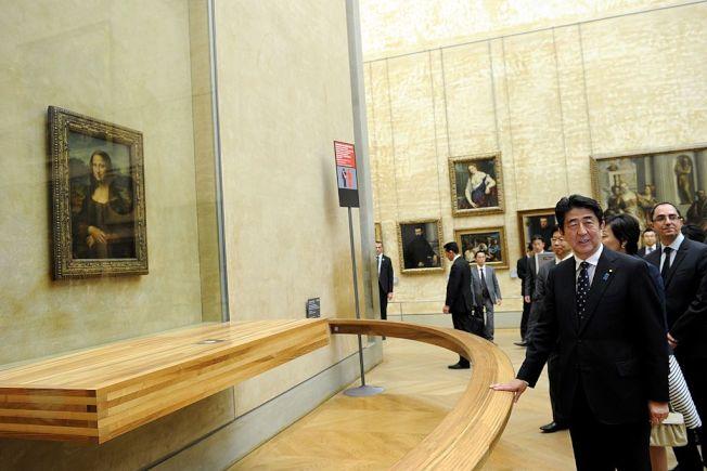 日本首相安倍晉三2014年訪問巴黎時赴羅浮宮參觀《蒙娜麗莎的微笑》。(Getty Images)
