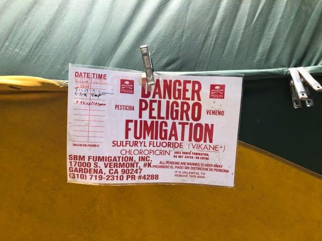 殺白蟻的氣體有毒,業者在房屋四周掛上危險氣體熏蒸Danger Peligro Fumigation 的警告標誌。(記者胡清揚/攝影)