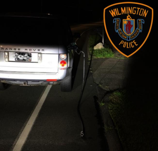 威明頓警局逮捕一名闖紅燈和扯斷挾帶加油管行車的酒醉駕駛。( 取自威明頓警局臉書)