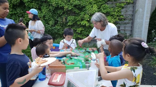 義工帶領孩子玩環保遊戲。(記者唐嘉麗/攝影)