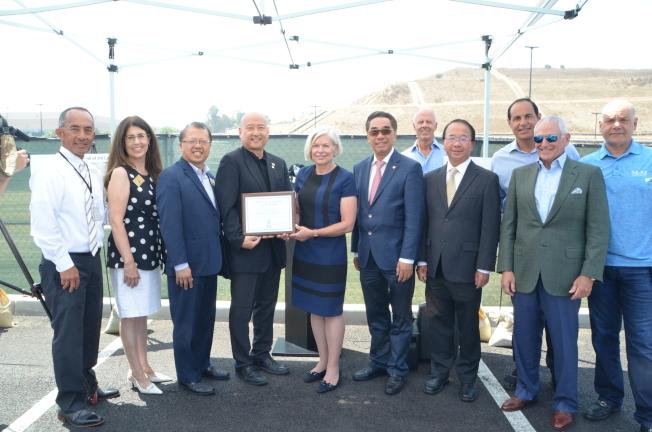 蒙市市議員與Market Place購物中心開發商「M&M Realty Partners」獲得美國環境保護署表彰。(記者王全秀子/攝影)