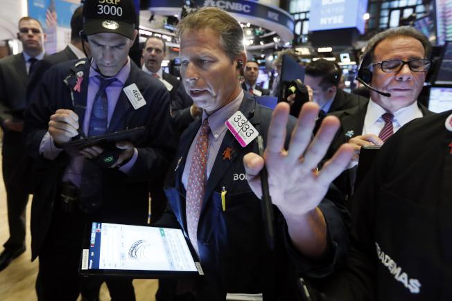 聯準會宣布降息,但說明不是連串降息的開始,華爾街立刻大跌。(美聯社)
