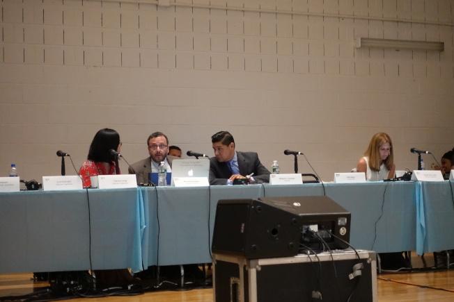 卡蘭扎(左三)參加PEP會議被炮轟。(記者金春香/攝影)