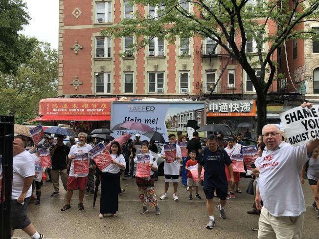 家長在場外示威要求卡蘭扎下台。(記者金春香/攝影)
