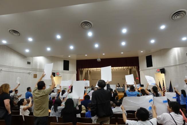 家長在場內示威要求卡蘭扎下台。(記者金春香/攝影)