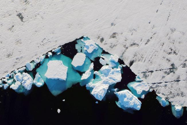 受高溫影響,歐洲最北格陵蘭的冰山也逐漸溶解,圖為靠近北極的小鎮Tasilaq,可見冰山逐漸崩解。(路透)