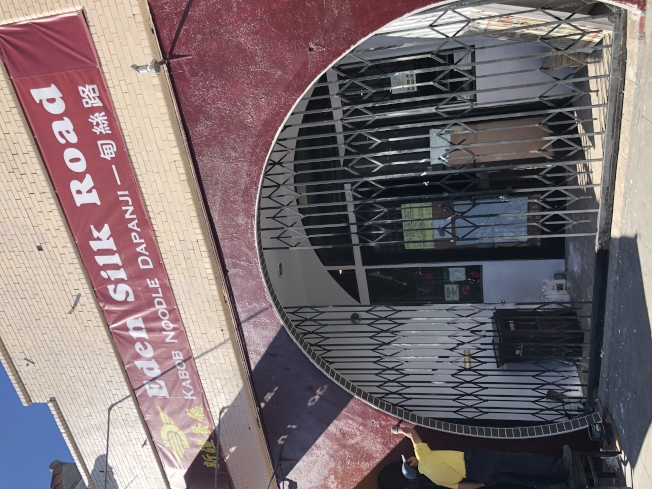華埠一家關門的餐廳更換東主,正在裝修準備開業。(記者劉先進/攝影)
