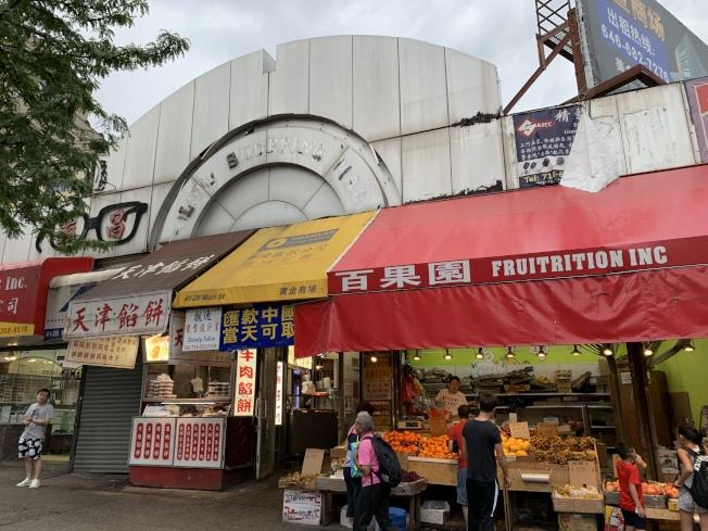 法拉盛中心的黃金商場因需關門整修,商家不得不撤離,另覓他處經營。(記者劉大琪/攝影)