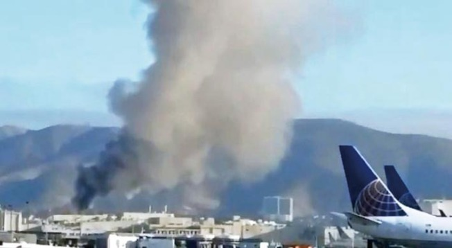 31日早上,金山機場的聯合航空維修設施,發生二級大火,圖為黑煙沖天,滿布機場上空,數哩之外也可見到。(取自推特)