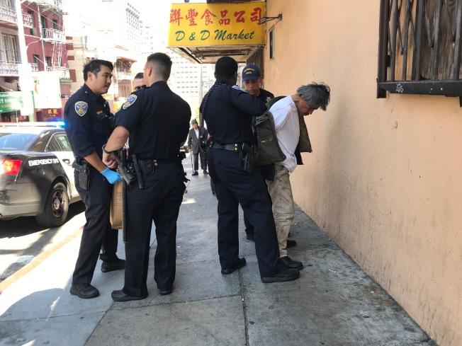一名企圖偷竊及攻擊店家的遊民,也被多名警員合力逮捕。(記者李秀蘭/攝影)