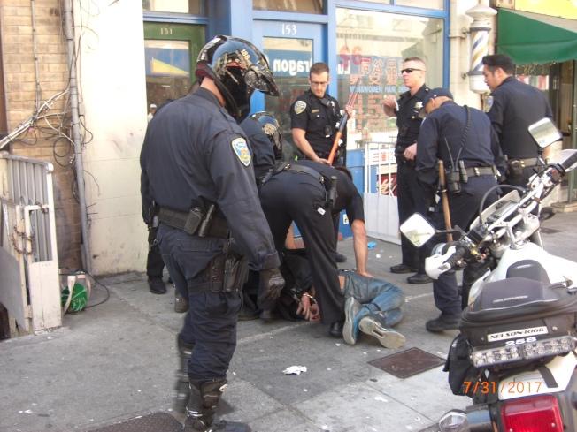 涉嫌企圖毆打邵旗謙的白人男子,由士德頓街逃到天后廟街,被多名警員合力逮捕。(記者李秀蘭/攝影)