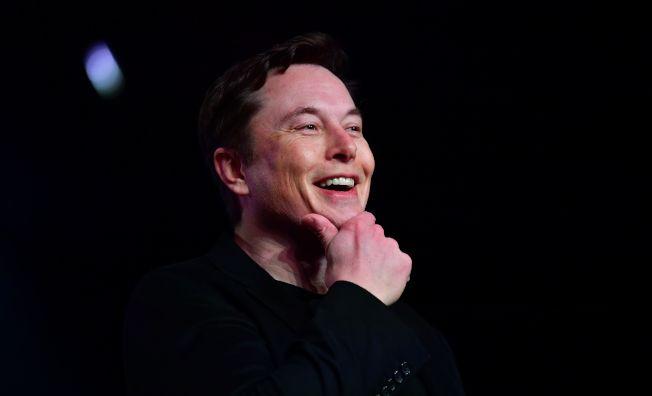 特斯拉首席執行長馬斯克,3月在加州霍桑市揭幕新特斯拉模型Y時發表講話。(Getty Images)