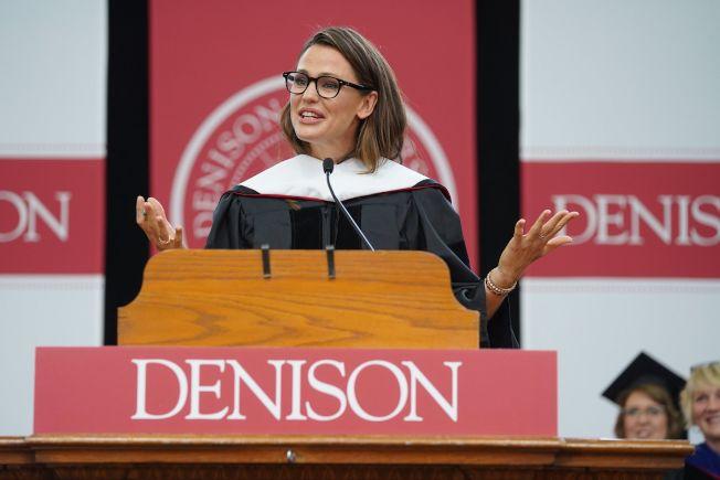 好萊塢女星珍妮佛.嘉納5月中應邀回母校丹尼森大學(Denison University),擔任畢業典禮演講嘉賓,她勉勵學弟妹出了社會要對自己負責,並鼓勵女生要勇敢走向世界。(取自丹尼森大學官網)