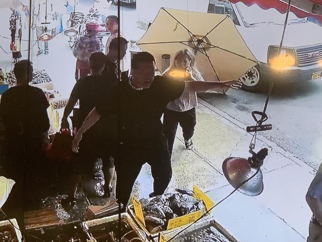 華男動手推倒海鮮店店門前的大陽傘,路人發現制止時還被他攻擊。(讀者提供)