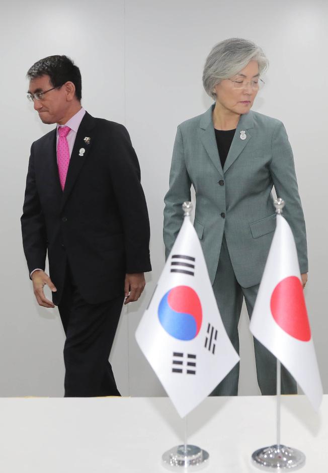 日韓外長會談氣氛有多僵,從兩人的肢體動作一目了然。右為南韓外交部長康京和左為日本外務大臣河野太郎。(Getty Images)
