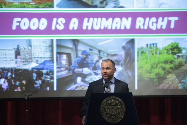 張晟將推出一系列措施,改善紐約市糧食分布不均的問題。(市議長辦公室提供)