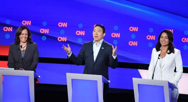 民主黨三名有亞太裔血統的參選人楊安澤(中)、賀錦麗(左)和蓋芭(右)。(Getty Images)