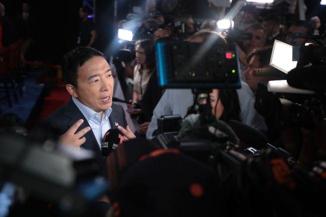 據說民主黨有意藉技術理由,封殺楊安澤參加第三輪辯論的機會。圖為楊安澤在第二輪辯論結束後,接受媒體訪問。(Getty Images)