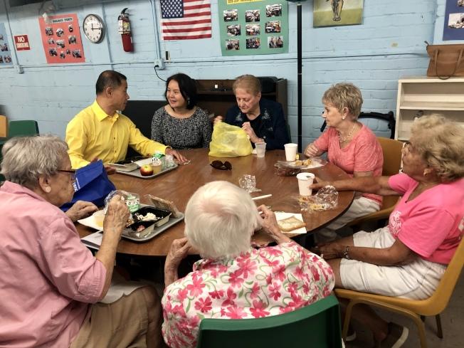 劉醇逸(黃色衣服)向熊Susan了解老人中心的需要。(記者朱蕾/攝影)