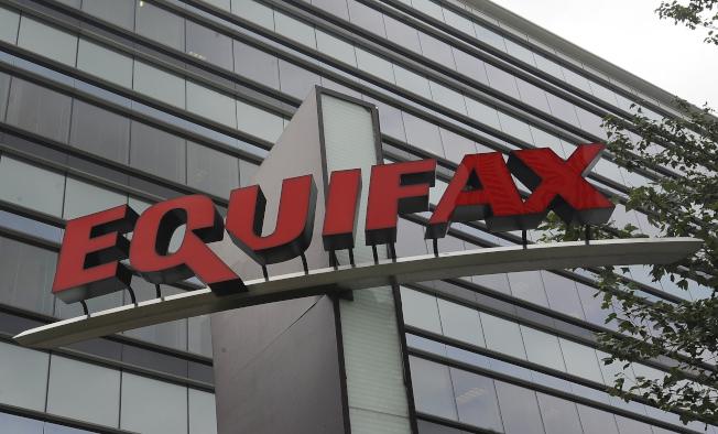 美國信評機構Equifax2017年未能按規定裝置防駭軟件,致中國網軍有縫可隙。(美聯社)