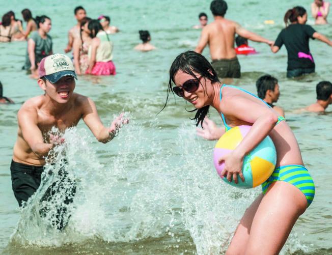 夏日戲水,醫師提醒,因泳池或海水不一定乾淨,戴著隱形眼鏡下水容易感染阿米巴角膜炎。(本報資料照片)