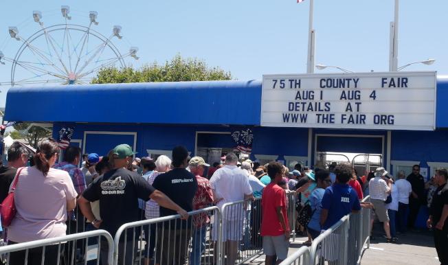 民眾早早在門口排隊準備入場。(記者梁雨辰/攝影)