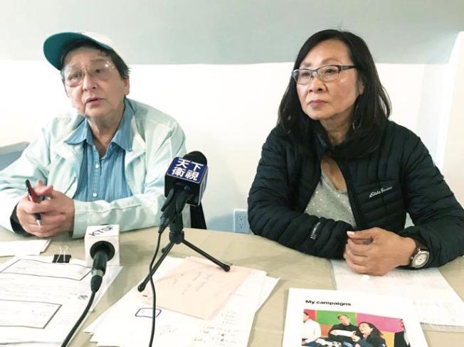 發起捐款運動的社區領袖李美玲(右)及陳美玲(左)出示來自全美各地的善心捐款,並宣布已發起網站捐款網頁。(記者李秀蘭/攝影)