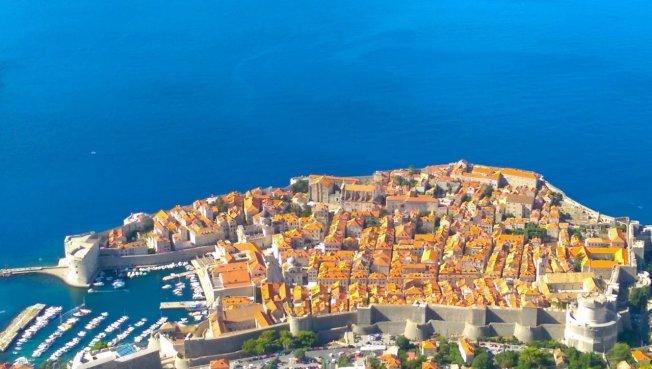 杜布羅尼克有「亞得里亞海之珠」的美譽,從高處俯瞰藍海中的橘紅色古城,是最佳拍照景點。記者張錦弘/攝影