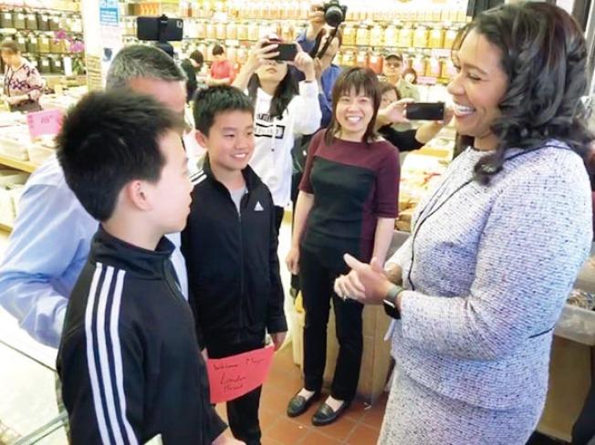 市長到訪華埠,與商家商談。(照片由市長辦公室提供)