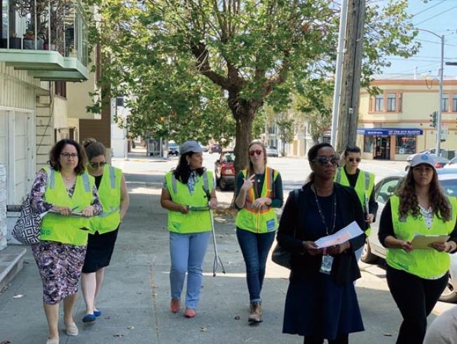 市長和市府官員回答列治文區居民的問題。(照片由市長辦公室提供)