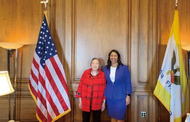 布里德邀請黃女士到市長辦公室,交換華埠治安的意見。(照片由市長辦公室提供)