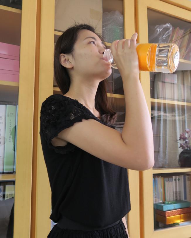 炎炎夏日,民眾補充水分避免中暑。(記者林敬家/攝影)