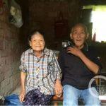 把愛扛肩上…83歲爺爺背86歲奶奶趕集 網:愛情最佳寫照