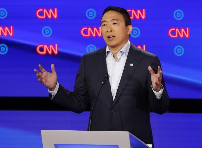 華裔民主黨總統參選人楊安澤主張發放「自由紅利」,每人1000元,但會增加政府負擔。(美聯社)