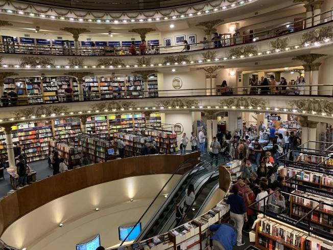 雅典娜書店壯麗的內部。(圖皆為作者提供)