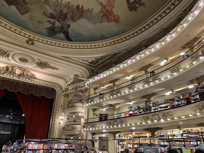 象牙白鑲金為劇院包廂。