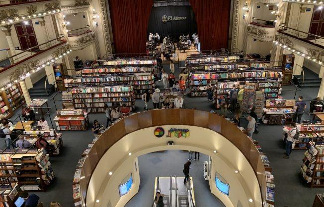 雅典娜書店壯麗的內部。