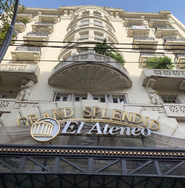 雅典娜書店大門。