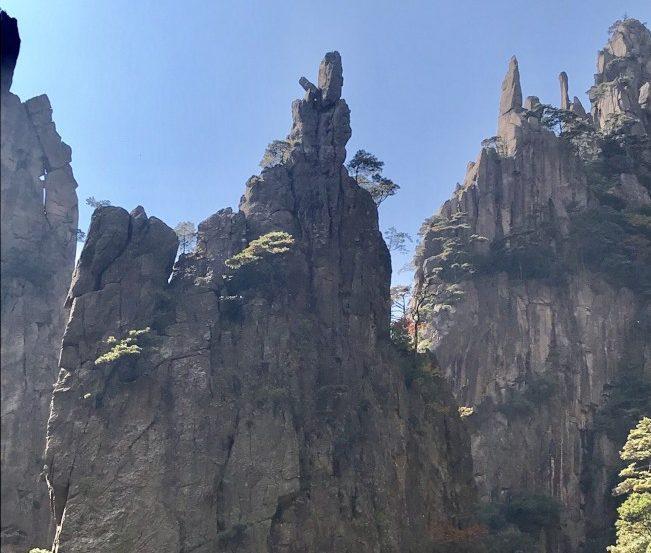 黃山的怪石與奇松。