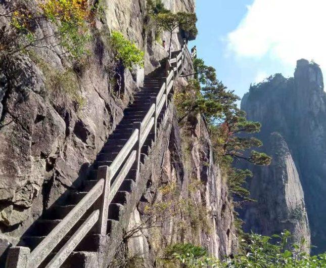 上黃山風景區先爬辛苦山路。