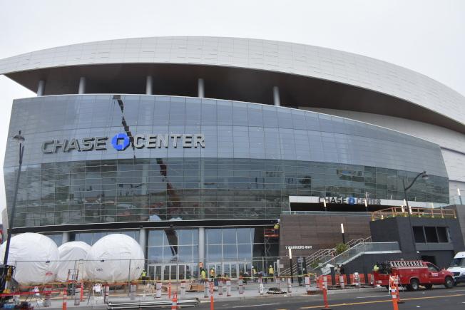 大通中心球館辦公通訊和東側出入口地址正式定為勇士街1號。(記者黃少華/攝影)
