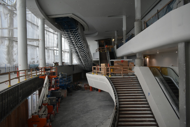 從球館東側正門進入球館後,經過樓梯或扶手電梯就能進入球場。(記者黃少華/攝影)
