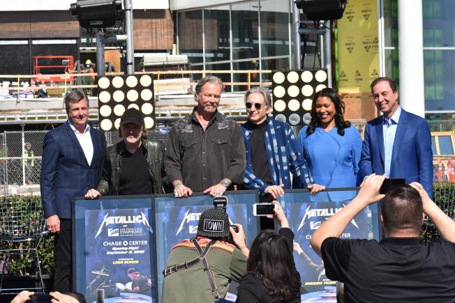 舊金山市長布里德(右二)、金州勇士隊老闆拉可布(右一)和總裁兼運營長威爾茨(左一)、舊金山交響樂團音樂總監托馬斯(右三)、Metallica樂隊成員烏爾里希(左二)和James Hetfield(左三)共同宣布9月6日的S&M專輯20周年演出。(記者黃少華/攝影)