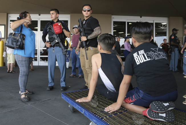 警方在附近一个购物商场询问目击者。(美联社)