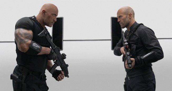 「玩命關頭9:特別行動」2日上映,由巨石強森(左)和傑森史塔森(右)聯手出擊。 圖/環球提供